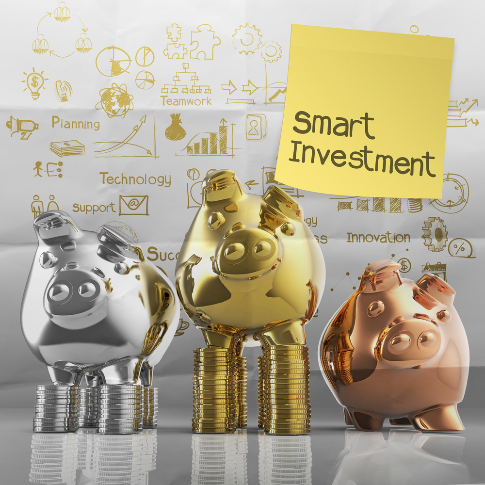 smart investment with sticky note on winner piggy bank as concept